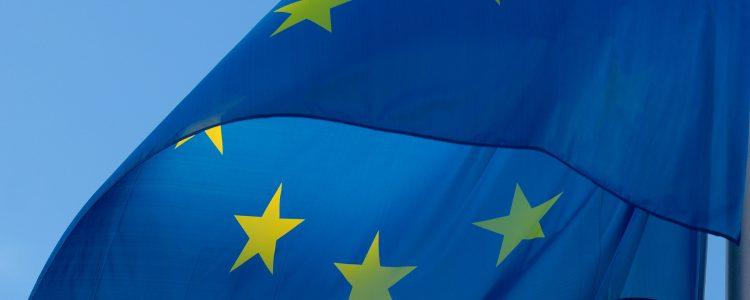 Europe et fake News (Photo par Pixel2013 sur Pixabay : https://pixabay.com/fr/drapeau-europe-ue-européenne-coup-2608475/)