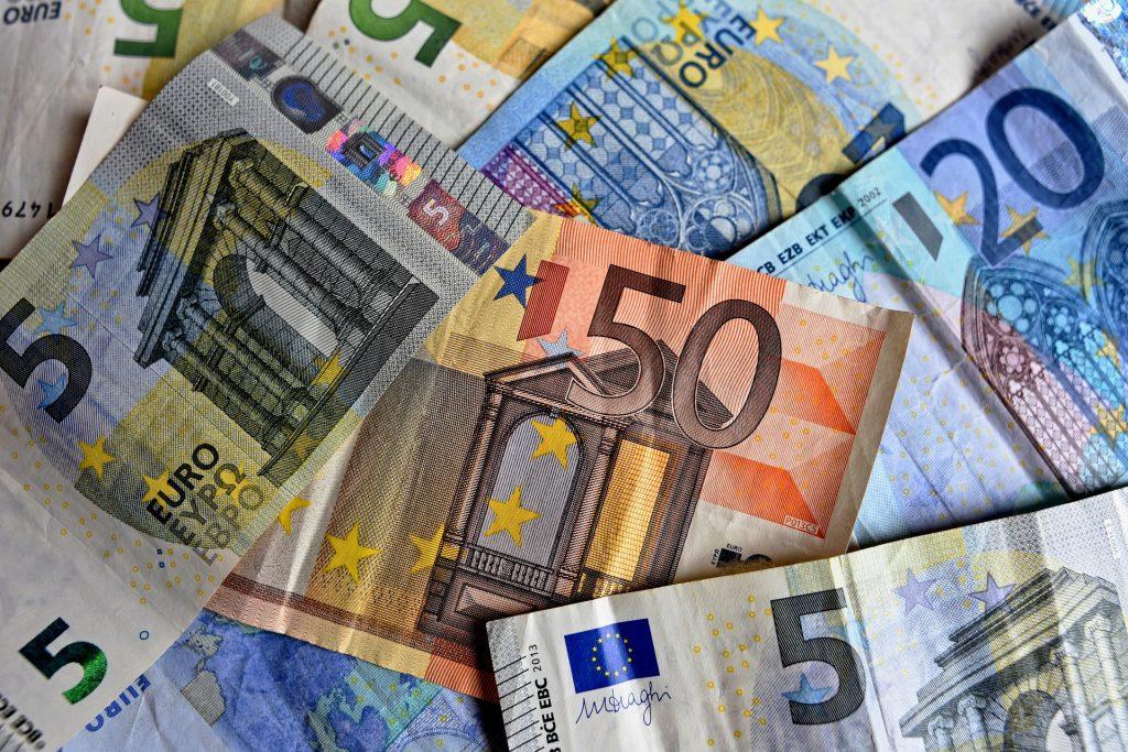 Apple et les impôts (photo de MabelAmber sur pixabay : https://pixabay.com/fr/l-argent-billets-de-banque-3481699/)